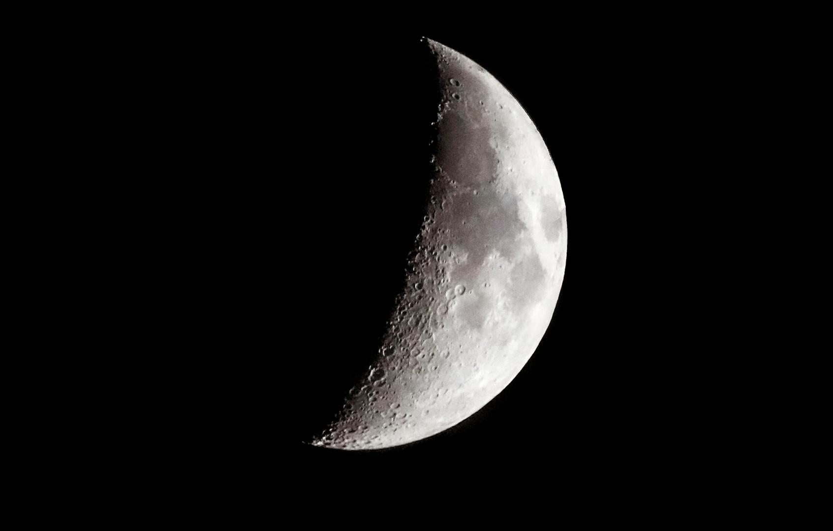 der Mond nimmt zu