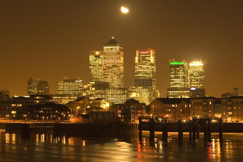 Der Mond ueber Canary Wharf