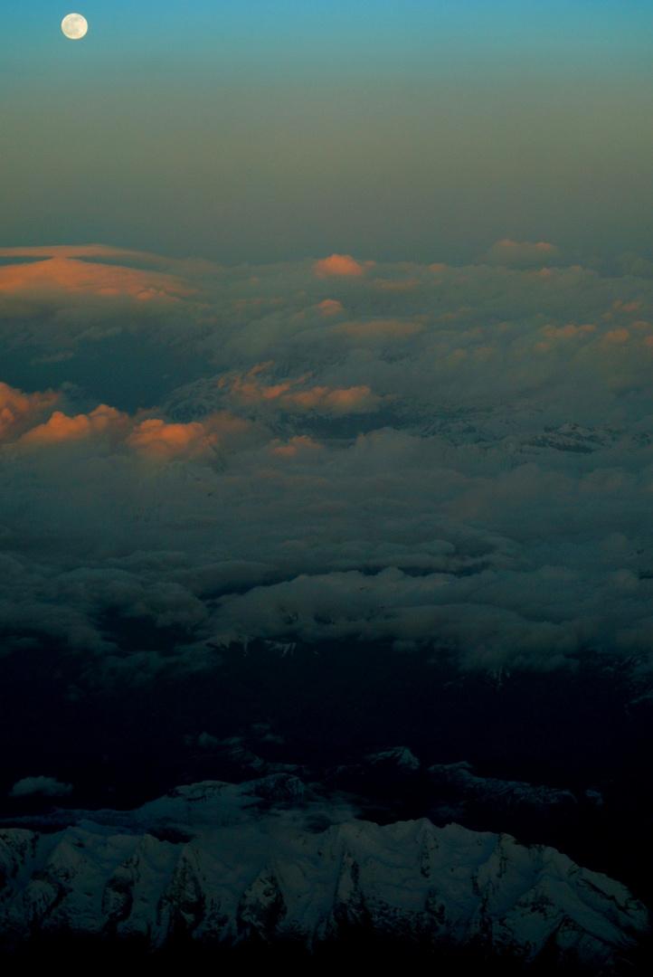 der Mond über den Wolken