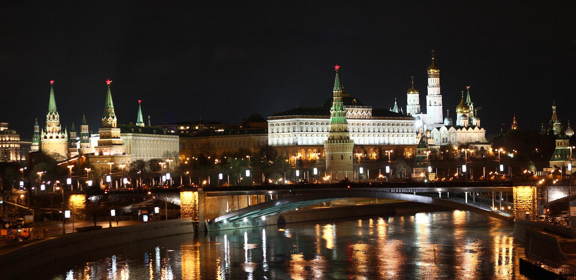 Der Moskauer Kreml bei Nacht