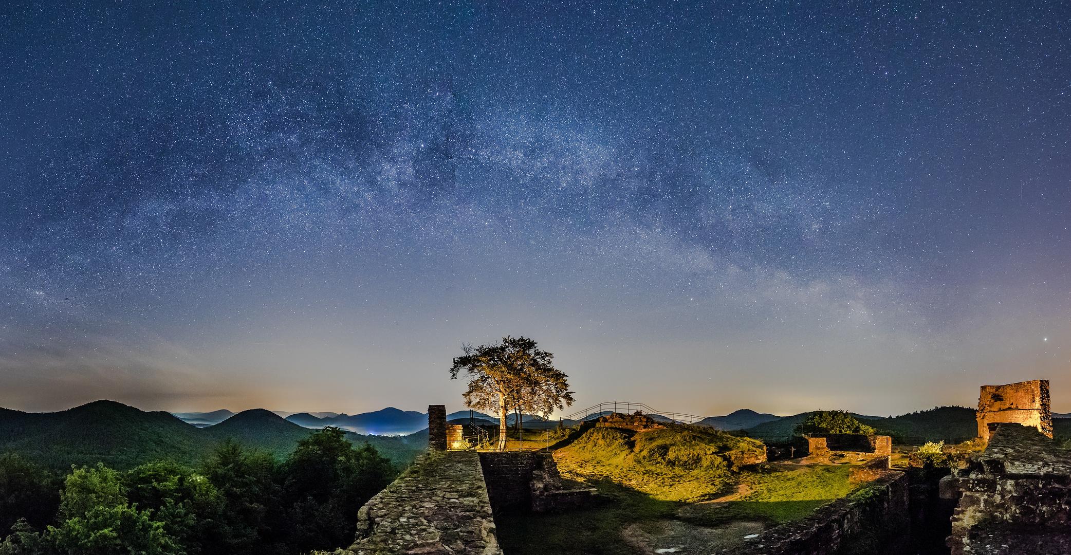 Der Nachthimmel über der Burg