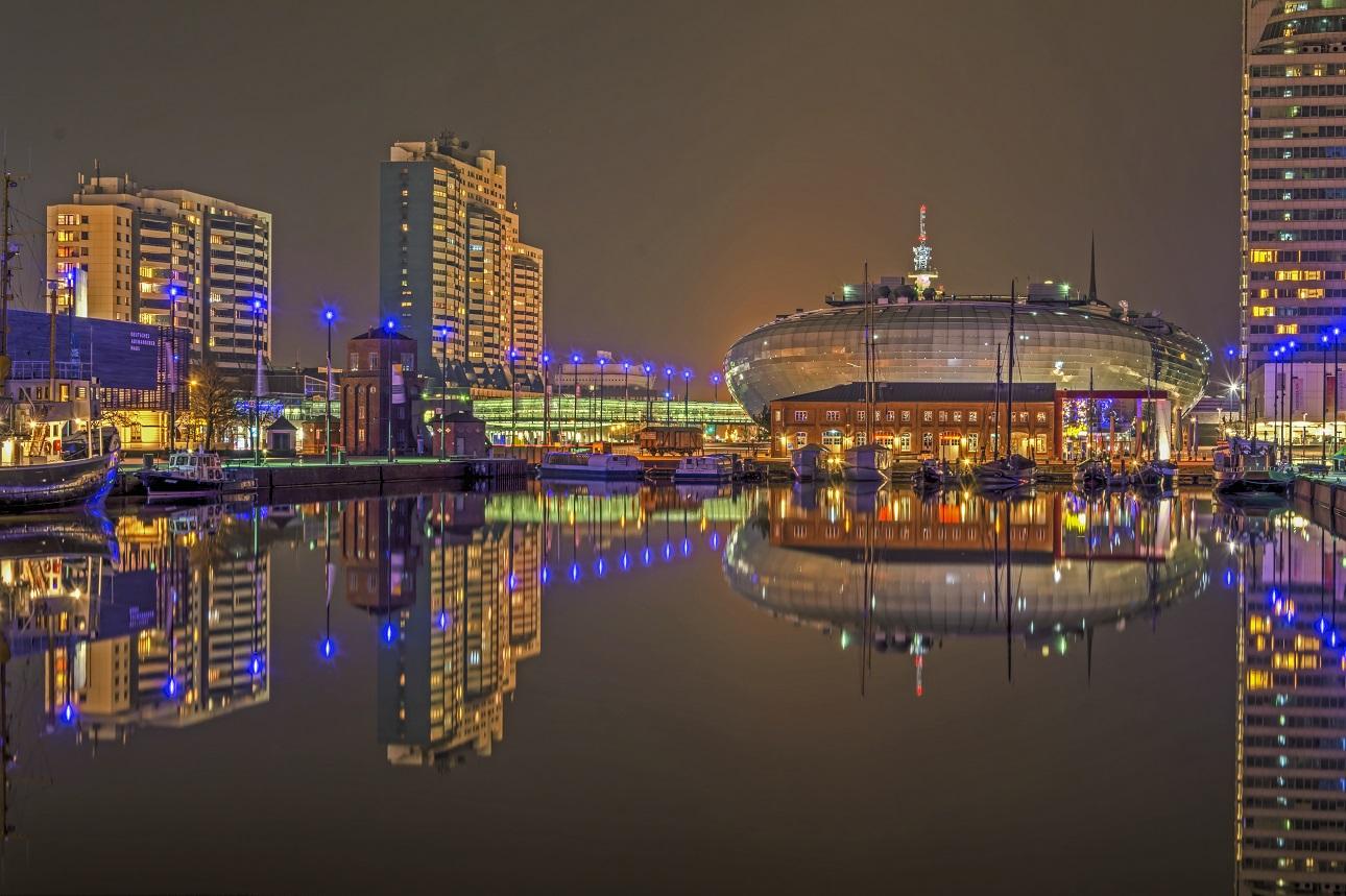 der Neue Hafen Bremerhaven im Spiegel der Nacht