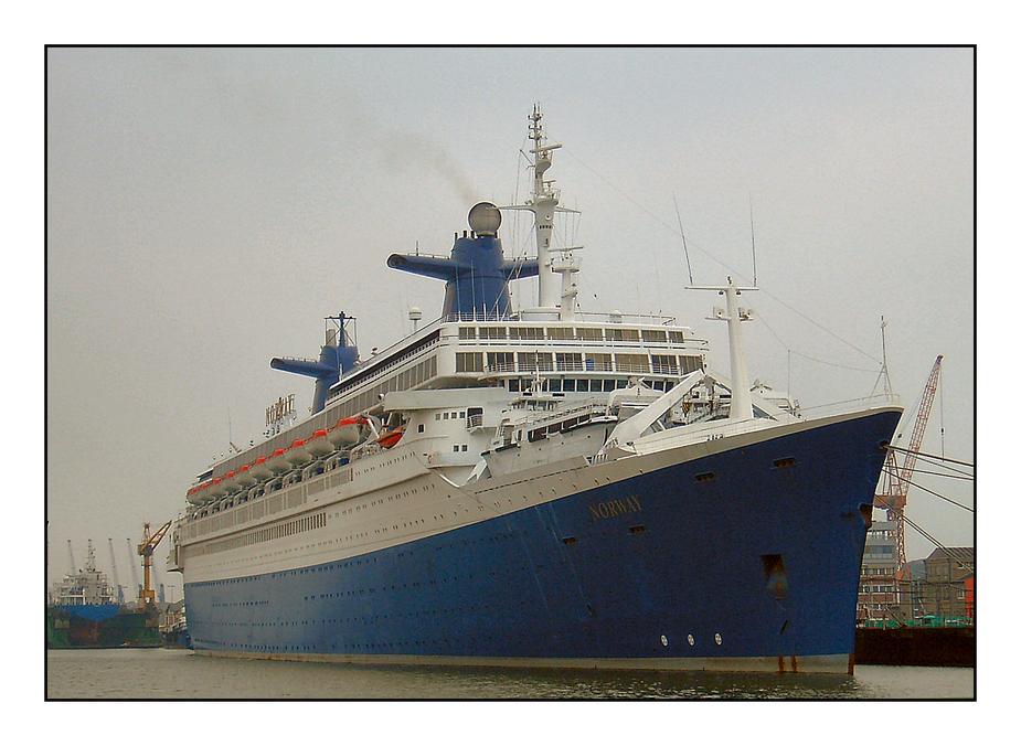 """Der """"Norway"""" (ehemalig """"France""""), März 2003 in Bremerhaven"""