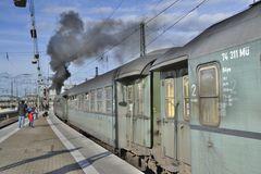 Der Nostalgiezug fährt unter Dampf, gezogen von der 01 1533-7