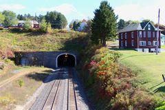 Der Ort Gallitzin liegt westlich über den Gallitzen Tunnel mit Gleisen der Norfolk Southern, PA, USA