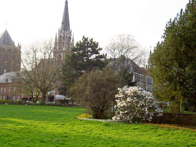 Der Park vor dem Aachener Dom und St. Foillan
