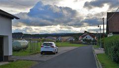 der Parkplatz vor unserem Haus (la plaza de aparcamiento delante de nuestra casa)