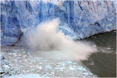 Der Perito Moreno Gletscher kalbend