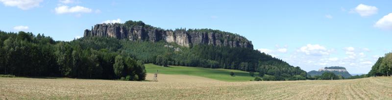 Der Pfaffenstein und rechts die Festung Königstein im Elbsandsteingebirge