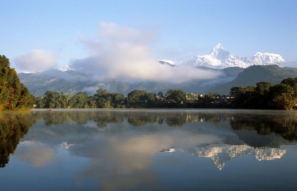 Der Phewa-See in Pokhara am frühen Morgen mit dem Machhapuchre