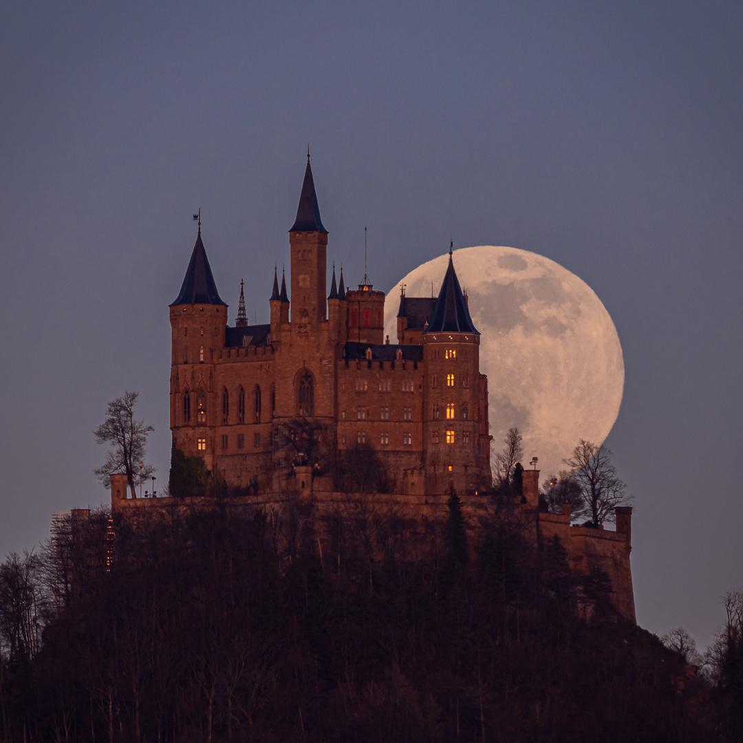 Der pinke Supermond grüßt die Burg Hohenzollern