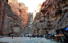 Der Platz vor dem Schatzhaus in Petra