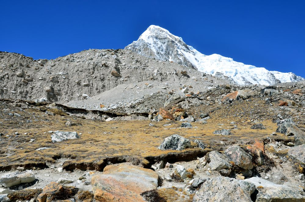 Der Pumori (7161 m) zwischen Gorak Shep und dem Everest Base Camp (5330 m)
