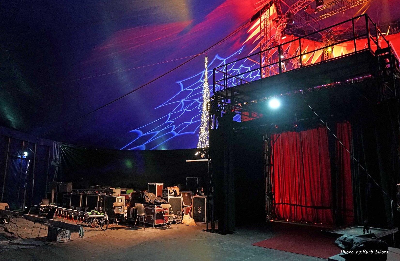 Der  Raum hinterm Roten Vorhang