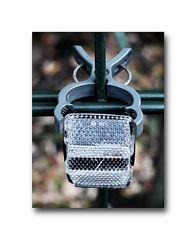 ... der Reflektor ist gefangen und wie eine Kletterpflanze am Gartenzaun durch eine Klammer gehalten