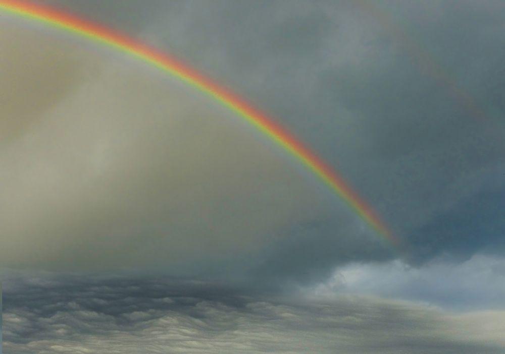 Der Regenbogen versank in den Wolken