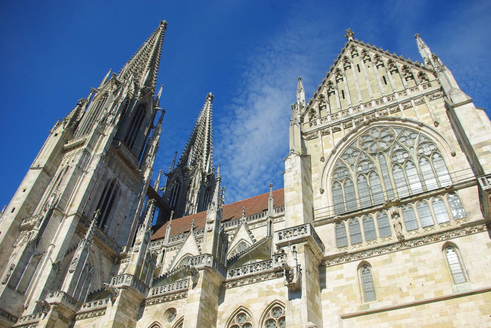 Der Regensburger Dom bei schönem Wetter aus einer interessanten Perspektive