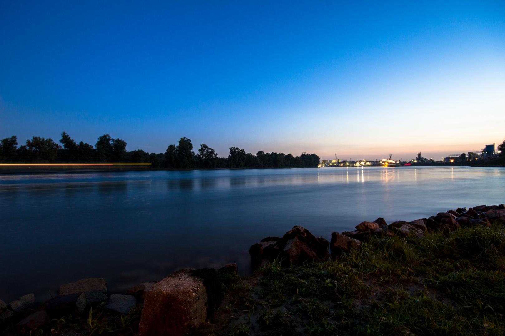 Der Rhein in der Dämmerung