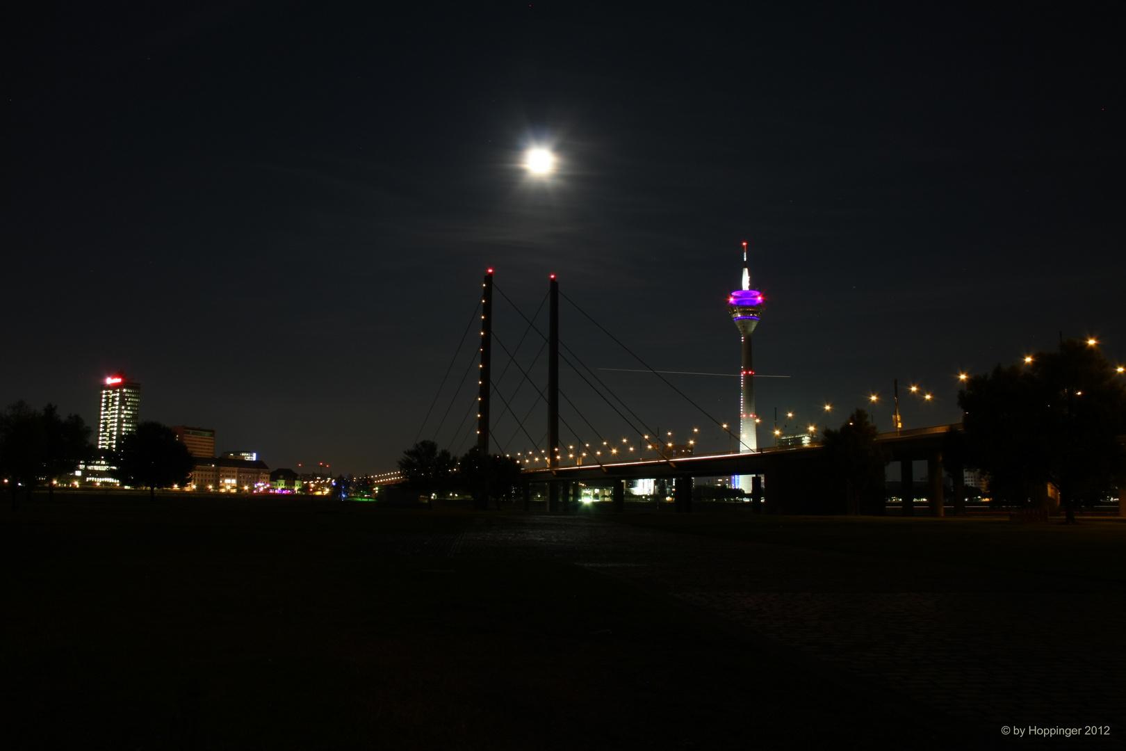 Der Rheinturm und die Rheinkniebrücke