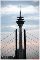 Der Rheinturm zwischen der Rheinknie