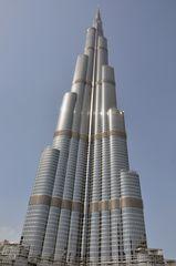 Der riesige Burj Khalifa in Dubai ist 828m hoch