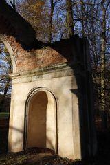 Der Römische Ruinenbogen im Luisium im Spätherbst - Bild 7