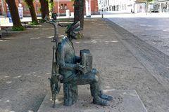 Der Rostocker Straßenmusikant Michael Tryanowski in Bronze