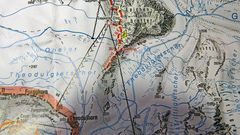 Der rot beschriftete Walserweg über die Gandegghütte