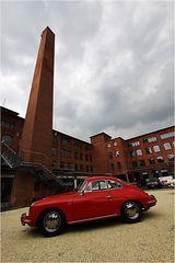 Der rote Porsche im Hof der Klassikstadt