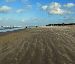 - der Sand fegt über den Strand ...