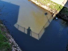 Der Schatten hängt am Geländer