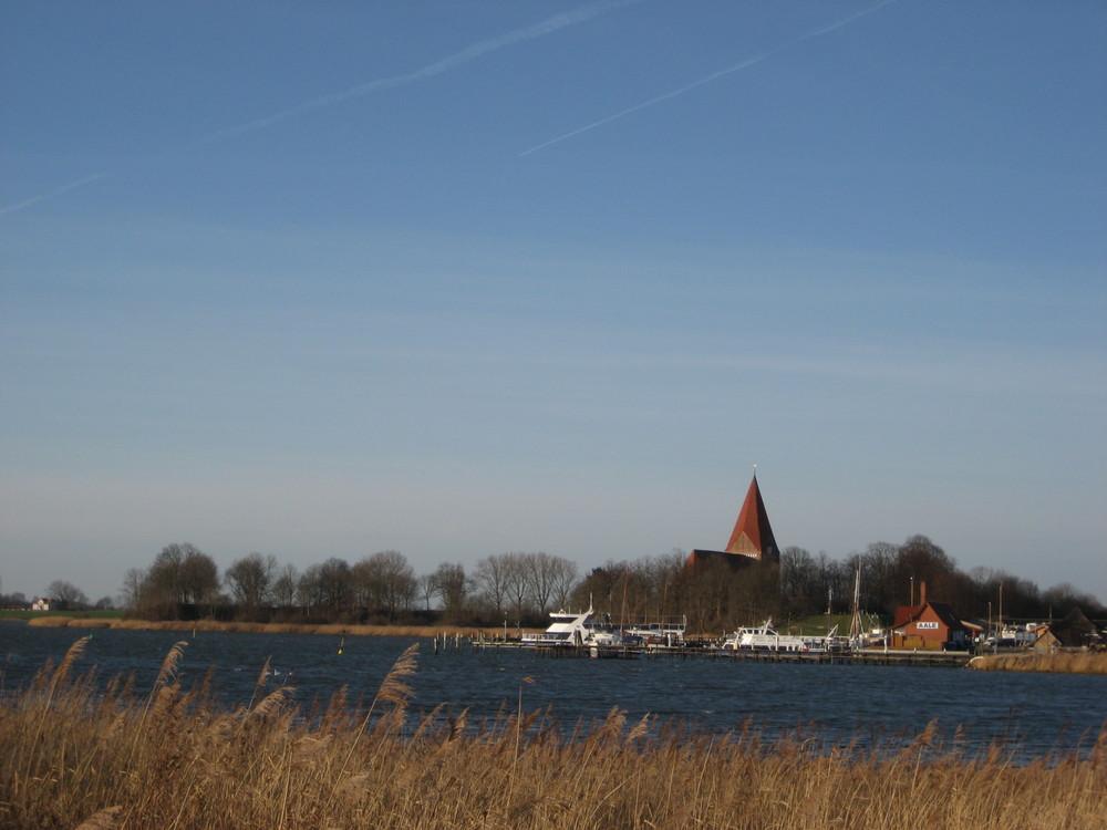 der schöne Blick zur Poeler Kirche mit Hafen und Kondensstreifen