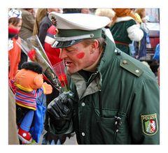 Der Schutzmann erklärt Ernie Karneval ...
