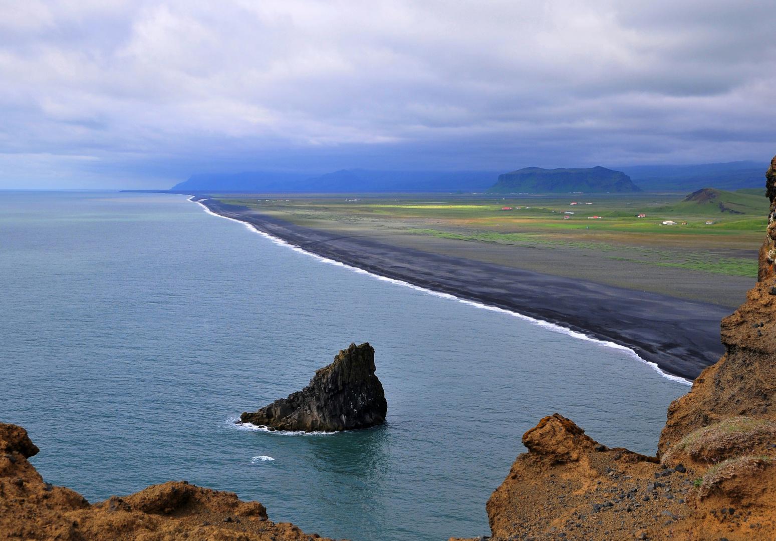 Der schwarze Lavastrand der Halbinsel Dyrhólaey/ Vík í Mýrdal