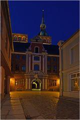 Der seitliche Rathauseingang nachts