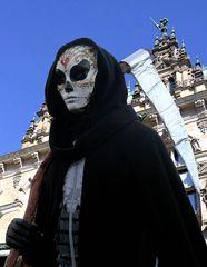 Der Sensen-Mann vor dem Hamburger Rathaus
