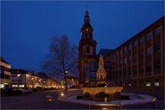 Der Sigfriebrunnen mit Blick auf die Dreifaltigkeitskirche