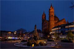 Der Sigfriedbrunnen mit Blick auf den Dom