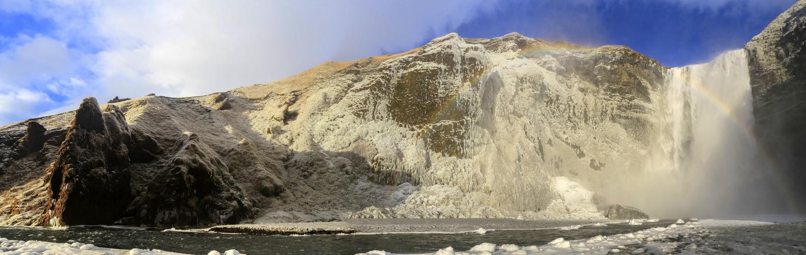 Der Skógafoss Wasserfall