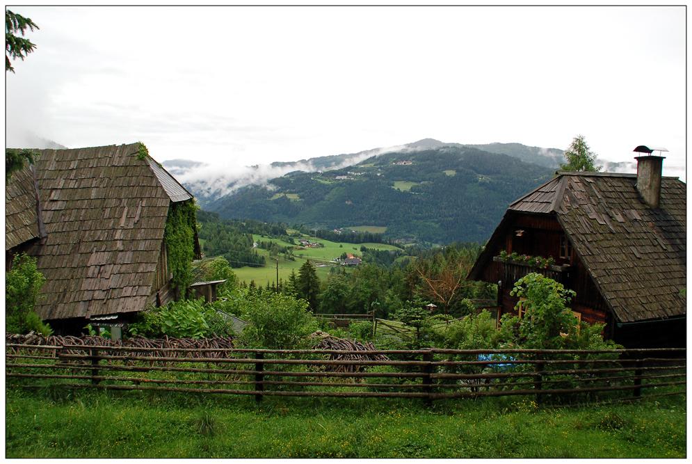 Der Stall, unser Haus und der Blick ins Tal