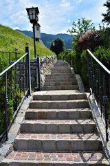 Der steile Weg zum Gotteshaus im Ramsau