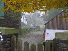 Der stille Bauernhof im Herbst
