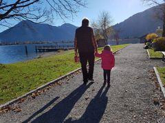 Der stolze Opa mit seiner Enkeltochter