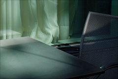 der Stuhl, der Tisch, die Gardine, das Licht