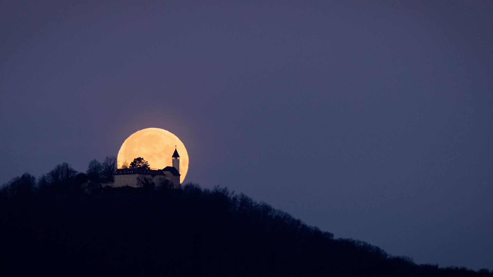 Der Supermond streift die Burg Teck