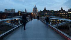 Der Tag beginnt auf der Milleniums Brücke