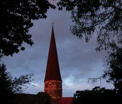 Der Turm von St. Marien in Salzwedel im letzten Abendlicht