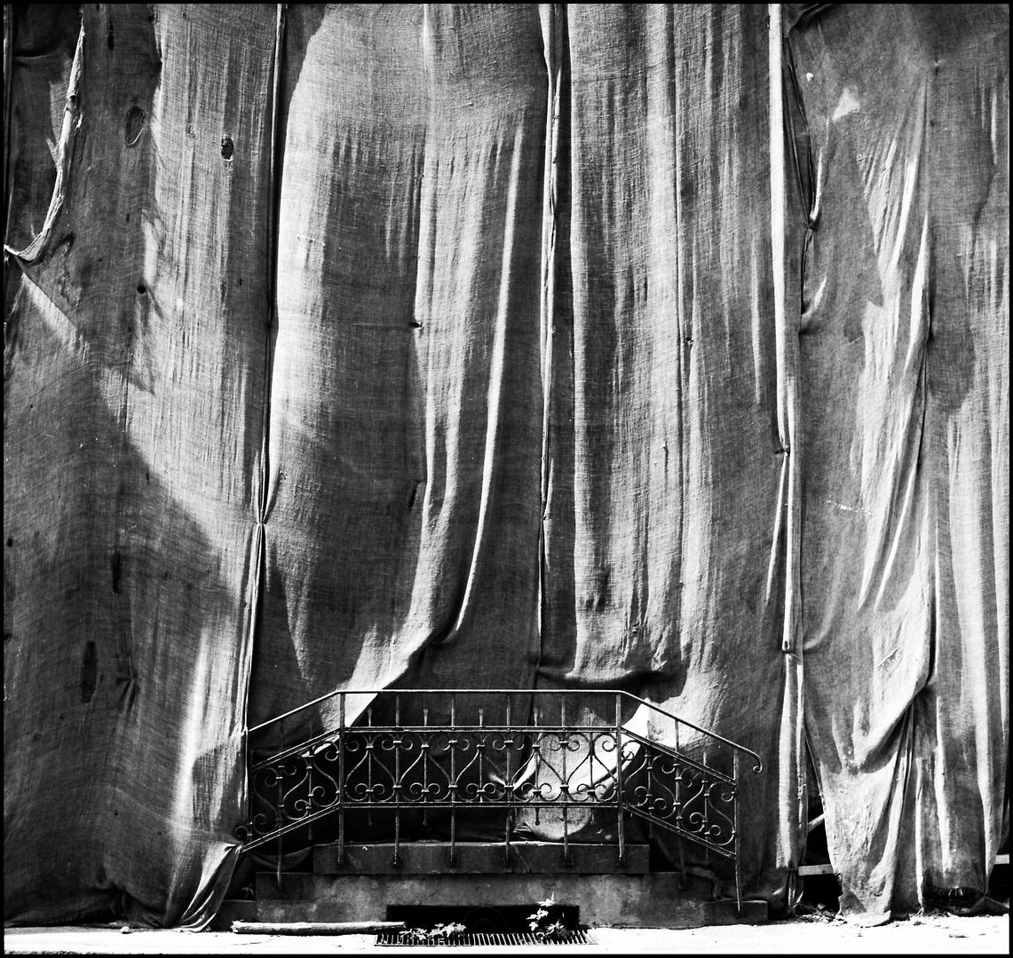 - der Vorhang hebt sich -