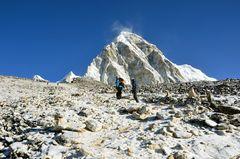 Der Weg zum Gipfel des Kala Pattar mit dem Pumori (7161 m)