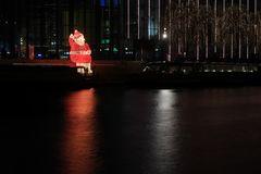 Der Weihnachtsmann sitzt am Kanal